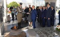 Қазақстан Президенті Белгісіз солдат бейітіне гүл шоғын қою рәсіміне қатысты