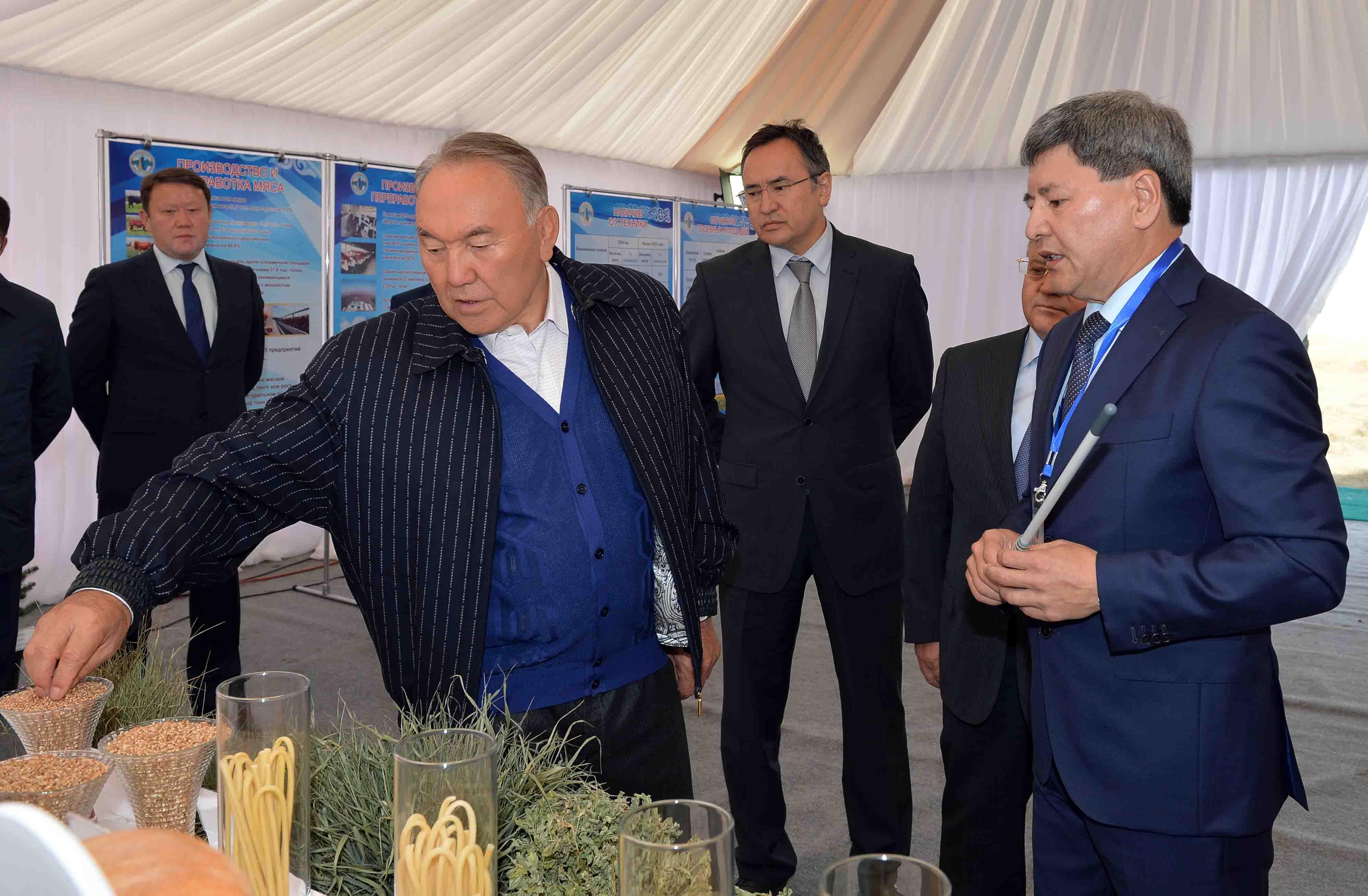 Назарбаев ознакомился с ходом уборочной страды в Акмолинской области