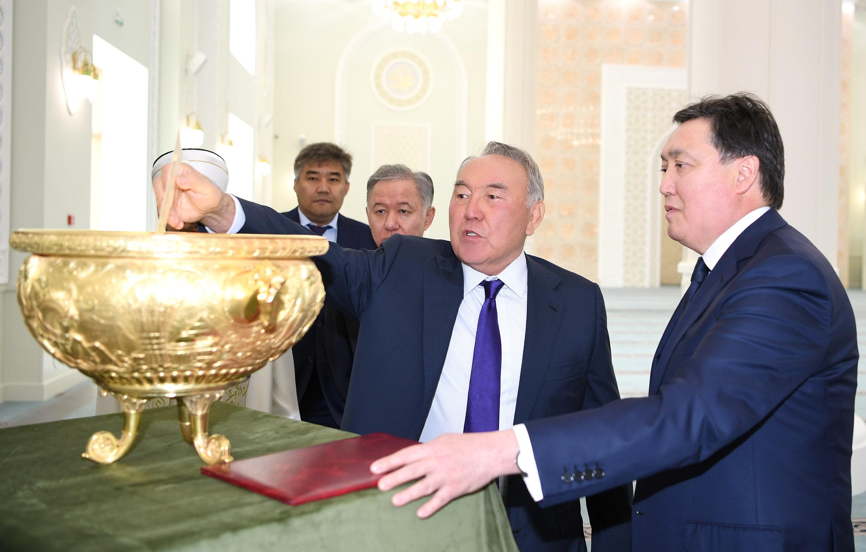 Первый Президент Казахстана посетил новую столичную мечеть