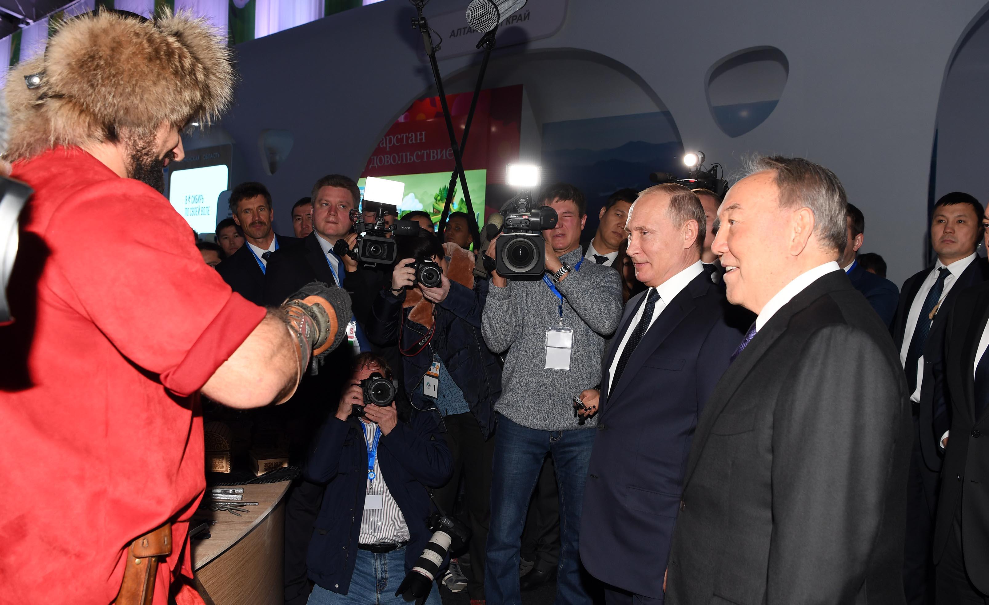 Нұрсұлтан Назарбаев пен Владимир Путин «Қазақстан мен Ресейдің туризм саласын дамытудың жаңа тәсілдері мен үрдістері» атты көрмені аралап көрді