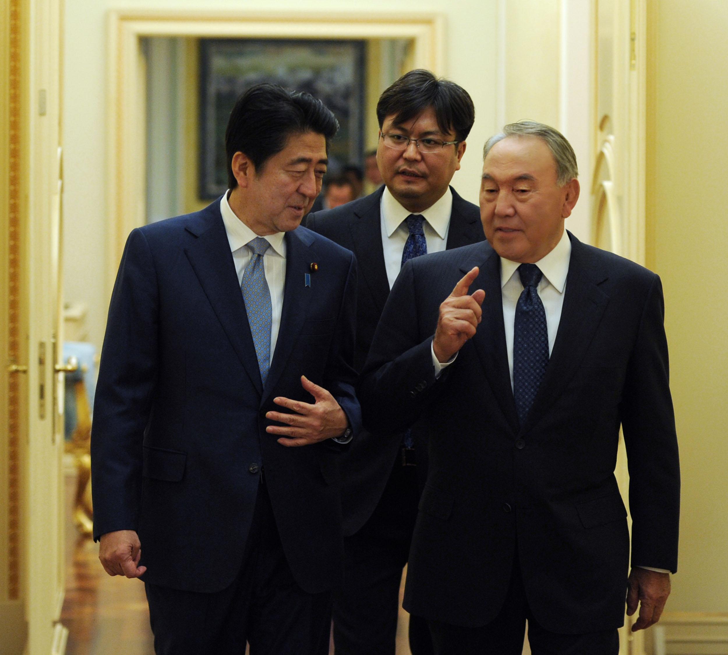 纳扎尔巴耶夫会见日本首相安倍晋三
