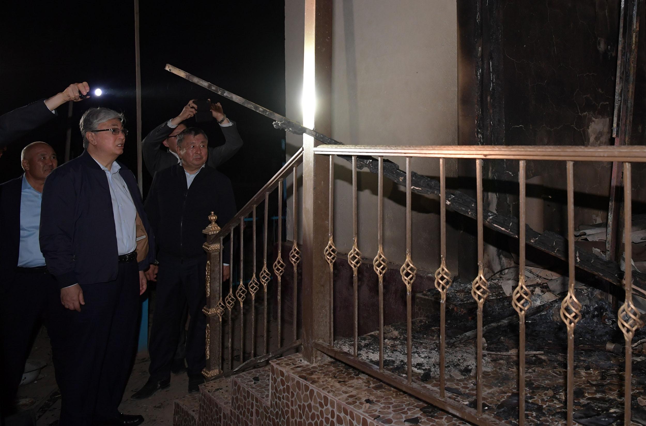 Токаев лично осмотрел наиболее пострадавшие дома от взрывов в Арысе