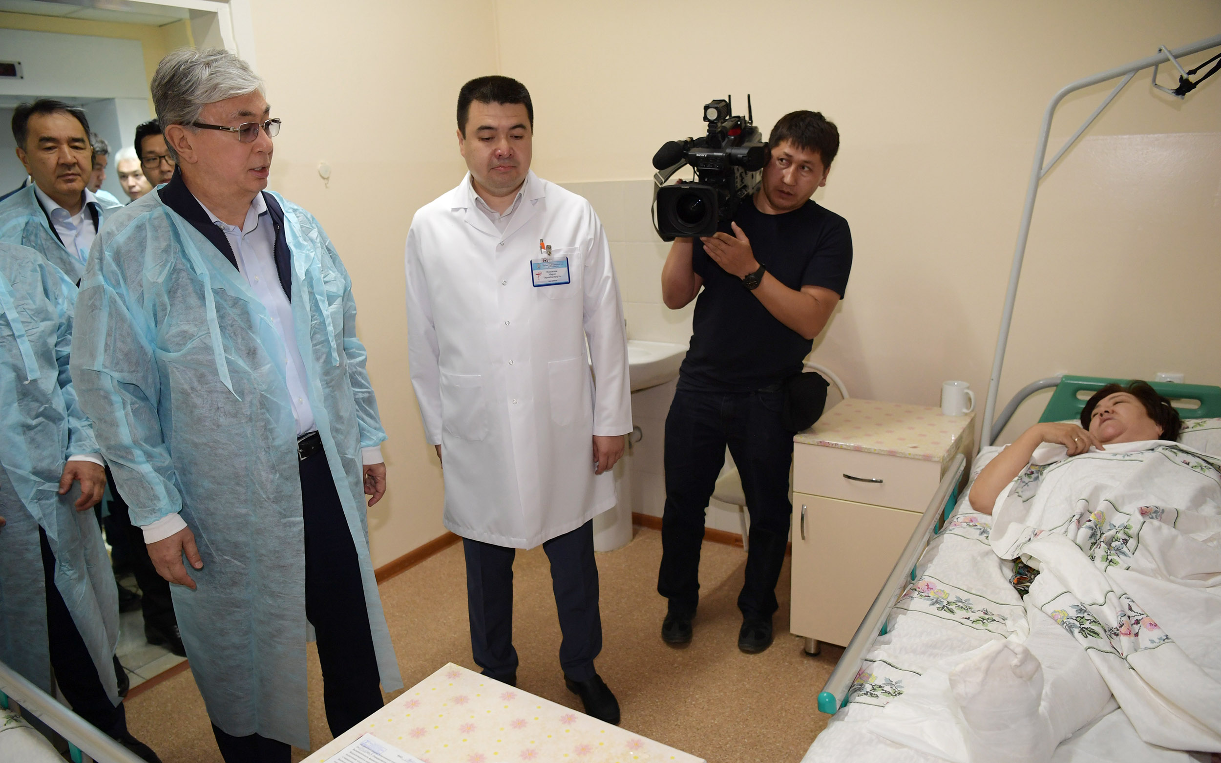 Токаев посетил пострадавших от взрывов в Арыси