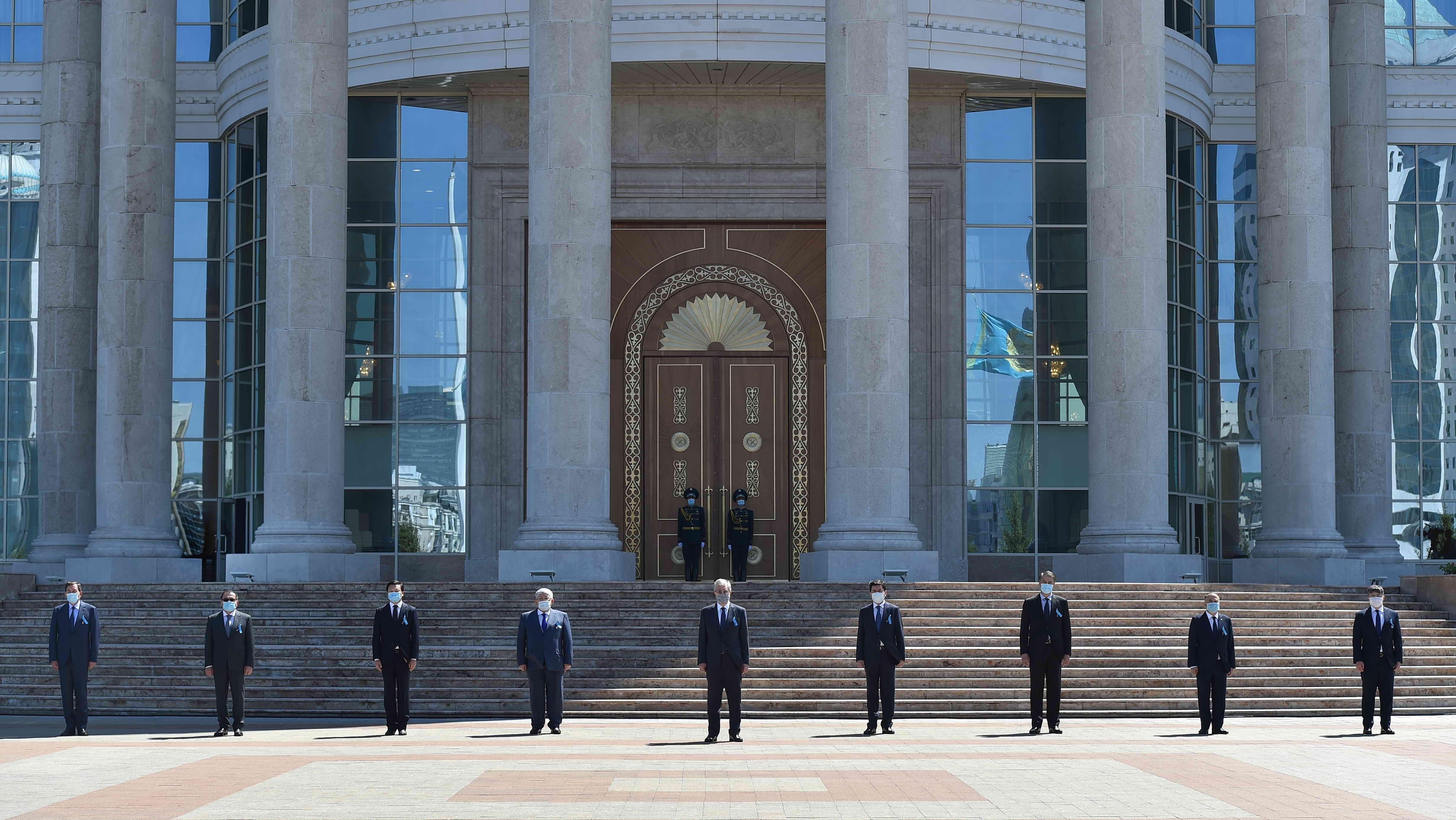 Церемонии минуты молчания в память о жертвах пандемии с участием президента Казахстана